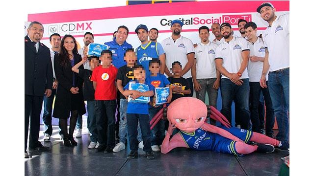 Niñas y Niños de Casa Hogar Ejército de Salvación reciben alimentos donados en partidos de basquetbol de Capitanes CDMX